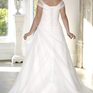Dresses & Skirts - Brand new wedding dress